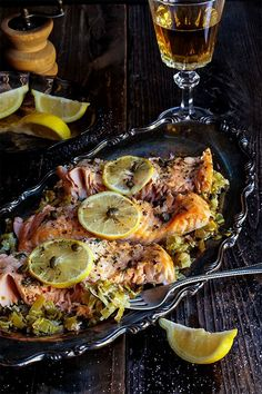 Baked salmon with creamy leeks
