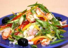 Овощной салат с семгой и креветками