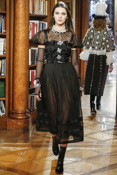 Le défilé Chanel Métiers d'Art Paris-Salzburg http://www.vogue.fr/mode/mannequins/diaporama/kendall-jenner-meilleurs-looks-de-dfil-fashion-week-chanel-givenchy-balmain/22675#kendall-jennerle-dfil-chanel-mtiers-dart-paris-salzburg