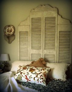 Love love love this shutter headboard.tall double shutter in the center flanked by two shorter shutters trimmed with curved wood on the top. Maybe use this as backdrop over bench in new family room? Vintage Shutters, Old Shutters, Repurposed Shutters, Bedroom Shutters, Window Shutters, Window Frames, Kitchen Shutters, Plastic Shutters, Bedroom Decor
