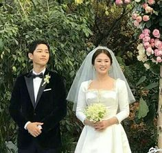 Perhaps one of the biggest weddings in Asia, Song Joong Ki and Song Hye Kyo tied the knot last October 2017 and everyone's can't get over the bride's Christian Dior wedding dress! Song Hye Kyo, Song Joong Ki, Dior Wedding Dresses, Doi Song, Yoo Ah In, Korean Star, Korean Actors, Christian Dior, Actors & Actresses