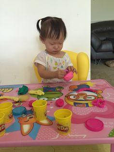새로산 책상에서 clay 갖고 노는 소은이. clay 는 먹으면 안된다는 걸 아는 나이가 된 소녀. 눈웃음을 싸악 치며 맛보고 싶어 한다. ㅋ