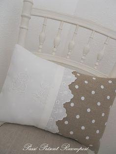 Cojín romántico bi-tela. Contraste de texturas (tira bordada y rústica) y colores (blanco y café)