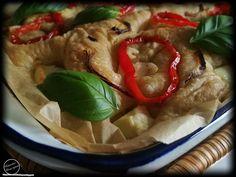 Paprika-feta focaccia  Hiljaista on ollut blogin puolella pahoittelut siitä. Katkaistaampa tämä hiljaisuus leipasemalla jotakin helppoa suht nopeaa ja herkullista :) Focaccia on litteä leipä jonka päällä on mausteita. Kyseinen leipä on erittäin suosittu italiassa. Tein focacciaa nyt ensimmäistä kertaa ja voi kuinka herkullista se olikaan ihanan pehmoinen ja maukas! Kokeile ihmeessä sinäkin ja kerro mitä mieltä olit! :) Paprika-feta focaccia Riittoisuus: Tarvitset: 3 dl vettä 6  dl…