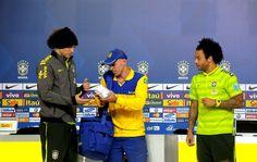Carteiro entrega 6 mil cartas de fãs da Seleção para David Luiz e Marcelo