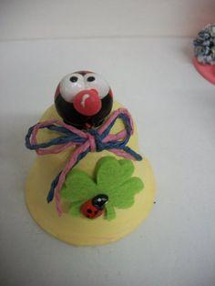Campanella in terracotta, modellata, decorata e dipinta a mano.