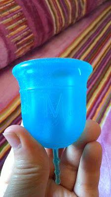 """"""" La coppetta ha una forma a campana, piuttosto ampia, e porta inciso sul corpo il logo """"Amycup Crystal"""" su un lato.  Dal lato opposto è invece indicata la misura (S o M)."""""""
