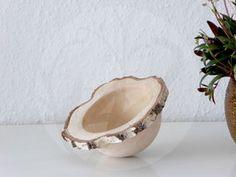 Schale »Wankelmut«  Außergewöhnliche handgedrechselte Schale aus einem Stück unbehandeltem Birkenholz. Jetzt kaufen auf: www.astwerk-shop.com
