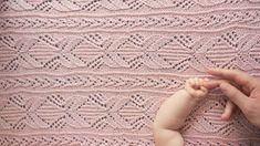Hullstrikk: Rosa babyteppe med englevinger
