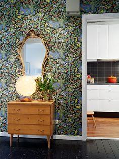 Hallway Wallpaper, Wallpaper Ideas, Josef Frank, Dark Walls, Shelving, Interior Design, Mirror, Architecture, Room