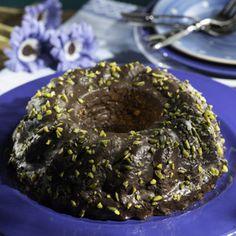 Backofen auf 180°C vorheizen. Eier mit Butter, Zucker und Vanillezucker schaumig rühren. Bananen schälen, mit Sahne fein pürieren und...