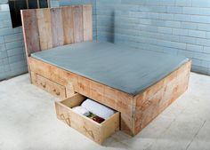 In feinster und liebevoller Handarbeit gefertigtes, rustikales Bett. Passt ausgezeichnet zum Landhaus-Shabby-Ambiente und sorgt für das gewisse Etwas