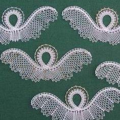 """Tyto zjednodušené andílky v několika verzích jedna paní redaktorka označila jako """"dušičky"""". Paličkují se jednoduše, v jednom tahu. Bobbin Lace Patterns, Lacemaking, Lace Jewelry, Lace Design, Tatting, Cross Stitch, Embroidery, Handmade, Inspiration"""