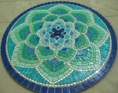Mandala shape - Martin Alejo Mangeaud - Table top, stepping stone in a simpler design, coaster, loads of uses for this pattern.free mosaic patterns for tables RoundI think this would make a great hooked chair padLove the tranquil colours. Tile Art, Mosaic Art, Mosaic Glass, Mosaic Tiles, Stained Glass, Glass Art, Stone Mosaic, Mosaic Crafts, Mosaic Projects