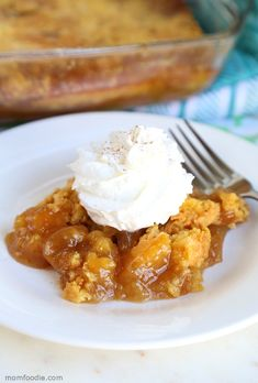 This Caramel Apple Dump Cake may just be the perfect fall dessert. The apple dump cake recipe is just 4 ingredients and I will walk you right through it. Apple Dessert Recipes, Dump Cake Recipes, Pumpkin Dessert, Apple Recipes, Fall Recipes, Holiday Recipes, Caramel Apple Dump Cake, Apple Dump Cakes, Caramel Apples