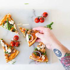 Instagram media by the_holy_kauw_company - Heb je onze blog al gelezen over home made pizza met de visvrije tonijn van @devegetarischeslager ? Hij staat nu online! (Link in profiel) #jamiemagazinenl #pizzawedstrijd @jamiemagazinenl