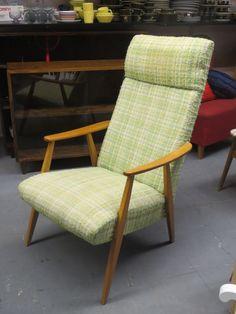 Tyylikäs 60-luvun nojatuoli, herkullisen värinen, vaaleanvihreä buklee kangas. Tuoli on tukeva ja hyvä istua, verhoilu on ehjä ja hyväkuntoinen, ainoastaan pään kohdalla näkyy tummempi kohta.  160 euroa.
