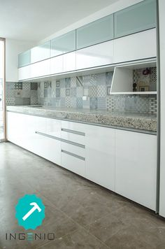 Mueble de cocina con acabado poliuretano blanco. Kitchen Room Design, Kitchen Cabinet Design, Modern Kitchen Design, Home Decor Kitchen, Interior Design Kitchen, Kitchen Furniture, Home Kitchens, Kitchen Modular, Modern Kitchen Cabinets