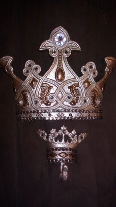 Bed Crown with miniature hook crowns set by AmisTreasures on Etsy, $50.00
