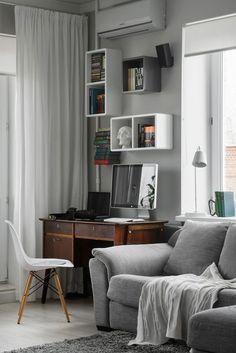 Kis lakás, nyitott nappali és konyha, szürke színárnyalatok, stílusos lakberendezés