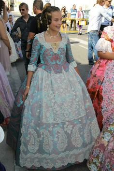 delantal Traditional Fashion, Traditional Dresses, 18th Century Dress, Valencia Spain, Cosplay Outfits, Southern Belle, Cool Outfits, Textiles, Gowns
