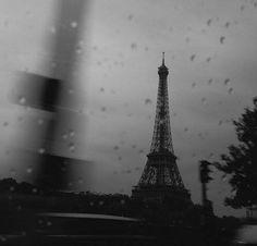 L'équipe du magazine Vivre Paris vous souhaite un bon jour.  #Paris #TourEiffel ©Singularidad