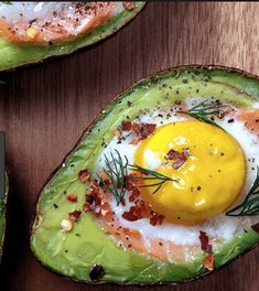 avocado met ei (uit de oven) - Powered by WP Ultimate Recipe Dinner recipes Food deserts Delicious Yummy Tapas, Healthy Brunch, Healthy Snacks, Smoked Salmon And Eggs, Low Carp, Avocado Breakfast, Avocado Dessert, Avocado Salad, Avocado Toast