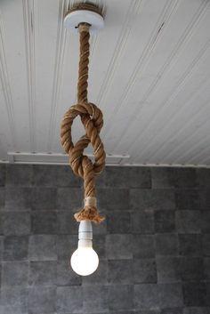 Lamp van dik touw met porseleinen fitting.Online verkrijgbaar op Selss.nl.