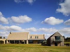 Barn Conversion in Cotswold by McLean Quinlan Architects Exteriors 5 ← Back to Article & Find more inspire to Create: Architecture, Interior, Art and Design ideas Contemporary Barn, Modern Barn, Nouveau Propriétaire, Stow On The Wold, Palmer House, Farmhouse Architecture, Stowa, Stone Barns, House Roof