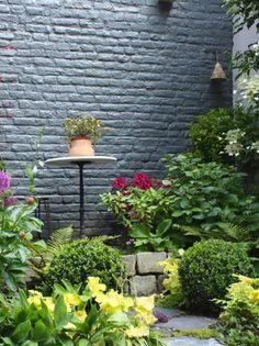 Suivez notre avant-après de la transformation d'une petite cour en cocon romantique. #avantaprès #cocon #cour #transformation #plantes #jardinage #fleurs #vert #green #plants #romantique Transformers, Outdoor Structures, Romantic Backyard, Before After, Small Gardens, Landscape Planner, Lawn And Garden