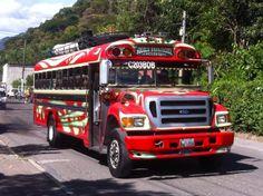 Aus Cobán kommend wollen wir weiter nach Chichicastenango und müssen dafür in Guatemala City umsteigen. Am Busbahnhof kommt uns schon ein aufgeregter Mann entgegen, der bei dem Wort Chichi hektisch…