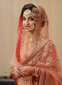 Take away the math at least if not either the tikka or paassa, and this is a gorgeous look. Too much jewelry takes the attention away from the beautiful woman wearing them. Pakistani Wedding Outfits, Indian Bridal Outfits, Pakistani Bridal Dresses, Punjabi Wedding, Sikh Wedding, Wedding Lenghas, Wedding Hijab Styles, Pakistani Lehenga, Lehenga Dupatta
