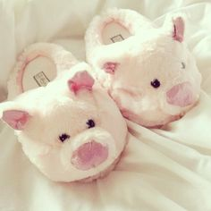 Pig slippers ♡ THESE ARE TO DIE FOR ADORABLE.