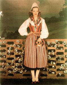 Bette Davis dressed in Leksandsdräkt, the folk costume of Leksand, Sweden Welsh, Divas, Bette Davis Eyes, Betty Davis, Actrices Hollywood, Vintage Hollywood, Classic Hollywood, Hollywood Stars, Folk Costume