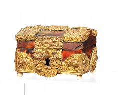 Small Baroque Casket, Antwerp, 17th C. Wooden body with tortoiseshell and gilt bronze applications, Ivory feet. 6 x 9 x 6,5 cm.