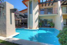 Alberca - Villa en venta en Acapulco, junto al Fairmont Acapulco Princess - Más información aquí: http://pueblaresidencial.com/listing/villa-2-niveles-acapulco-casas-en-venta-en-acapulco/