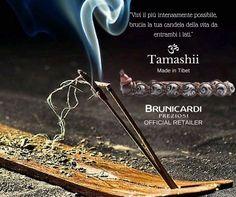 Tamashii bracelet GIADA NERA INCISA La giada nera è una pietra dalle proprietà fortemente protettive. Veniva utilizzata in passato come amuleto per tenere lontane le energie negative, sia per preservare l'integrità psichica che fisica. Confucio (551-479 a.C.) afferma che la giada possiede e infonde undici virtù, tra cui la benevolenza, la fedeltà, l'educazione e la sincerità.  Brunicardi Preziosi Rivenditore Ufficiale #Tamashii Made in Tibet.  #TamashiiBracelet #GiadaNera #Protezione…
