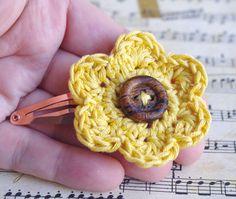 petite barrette clip fleur moutarde, pince à cheveux en coton, épingle coiffure : Accessoires coiffure par cocoflower-workshop