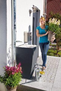Gardenplaza - Regentonne in Pflanzkübel-Optik wirkt schlicht und elegant