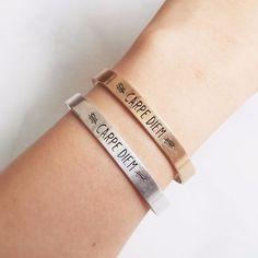 Bracelet en métal plaqué doré ou métal argenté. Le bracelet tendance idéal à offrir à une femme! Un bracelet portebonheur et tendance 2017 . Un bijou créateur tendance qui sublimera toutes vos tenues. Bracelet réglable convient à tous les poignets. Emballage cadeau offert!