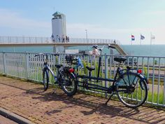 Op de afsluitdijk met uitkijktoren. The Netherlands