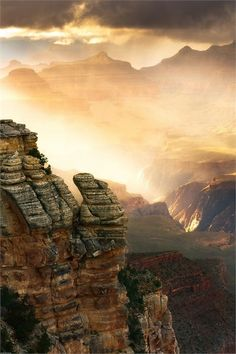 A mist of rain illuminated by the setting sun in the Grand Canyon (15 Pictures)...