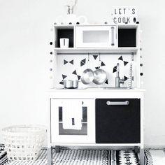 """""""▪LET'S PLAY▪ Super tof keukenhoekje. Het ikea keukentje is nog leuker gemaakt met de muurstickers triangle! Wat een leuk idee! De gave lightbox vind je…"""""""