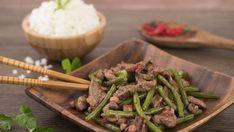 Fazolky omyjte, nakrájejte je na 5 - 7 cm kousky a uvařte je ve slané vodě. Po uvaření vodu slijte. Na trošce oleje osmažte cibulku nakrájenou na jemno, přidejte hovězí maso nakrájené na kostičky a plátky slaniny. Zalijte vodou, vmíchejte mouku a nechte vařit, dokud se voda neodpaří. Po změknutí masa přidejte do...
