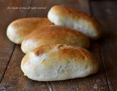 Panini al latte bimby Ingredienti per 8 panini al latte bimby:  470 grammi farina 00 200 ml di latte 13 grammi lievito di birra 1 uovo 25 grammi di burro 7 grammi di sale 1 cucchiaino di zucchero 1 tuorlo+ 2 cucchiai di latte per spennellare