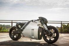 Kawasaki Er-6 Lotus C0-1 Cafe Racer by Smoked Garage. una moto que parte de un prototipo y que se ha convertido en toda una joya de verdad. Los chicos de Smoked Garage han clavado la Lotus C0-1 diseñada por el artista Daniel Simon, diseñador conocido por sus brutales trabajos como la futurista moto de la película Tron Legacy.
