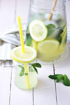 Hausgemachte Limonade 1/4 l Wasser und 150g Zucker zu Sirup kochen. Abkühlen lassen. Mit dem Saft von 5 Zitronen und einer Limette, Minze und Mineralwasser mischen und mit Eiswürfeln und Zitronenscheiben servieren.