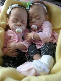 OMG! I can't believe these are dolls... and not real twin babies. Wow :-O