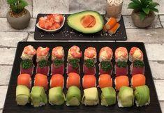 Les sushis cubes - Recette de Sushi pour 2 personnes - Préparation en 20 minutes Make Your Own Sushi, How To Make Sushi, Making Sushi At Home, Sashimi Sushi, Tempura Sushi, Shrimp Sushi, Salmon Sashimi, Sushi Roll Recipes, Snacks Für Party