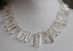 Dit collier is gemaakt van bergkristal.De staafvormige kralen zijn onregelmatig van vorm en lengte.De lengte van het collier is 50 cm.De kralen doen denken aan ijspegels, vandaar de naam.Het  collier is afgewerkt met een sterling zilveren lobsterslu -